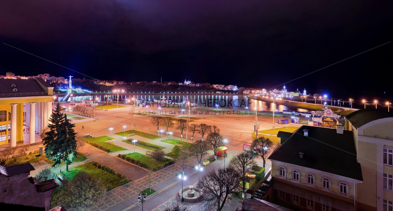 Ночной вид на красную площадь и залив в Чебоксарах с 4 этажа