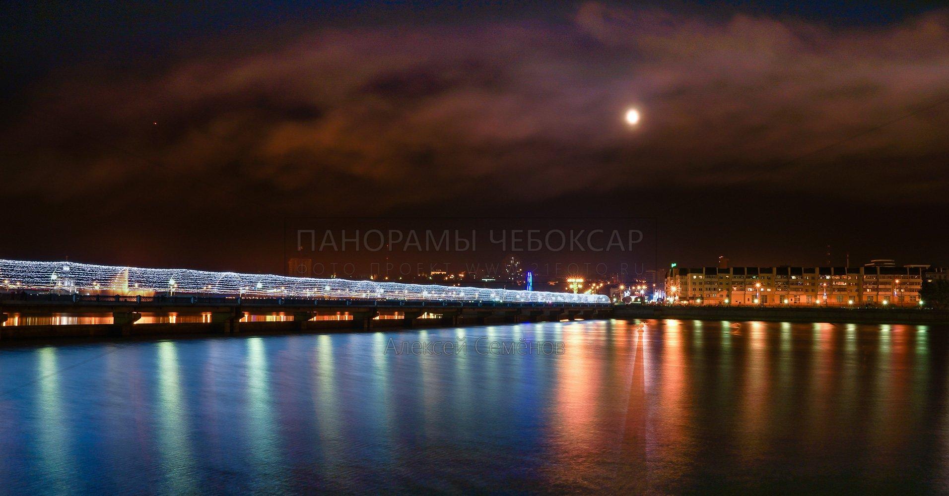 Луна над пешеходным мостом на Чебоксарском заливе 2016