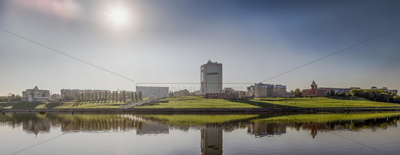 Дом правительства Чувашии отражается в заливе ранним летним утром 2014