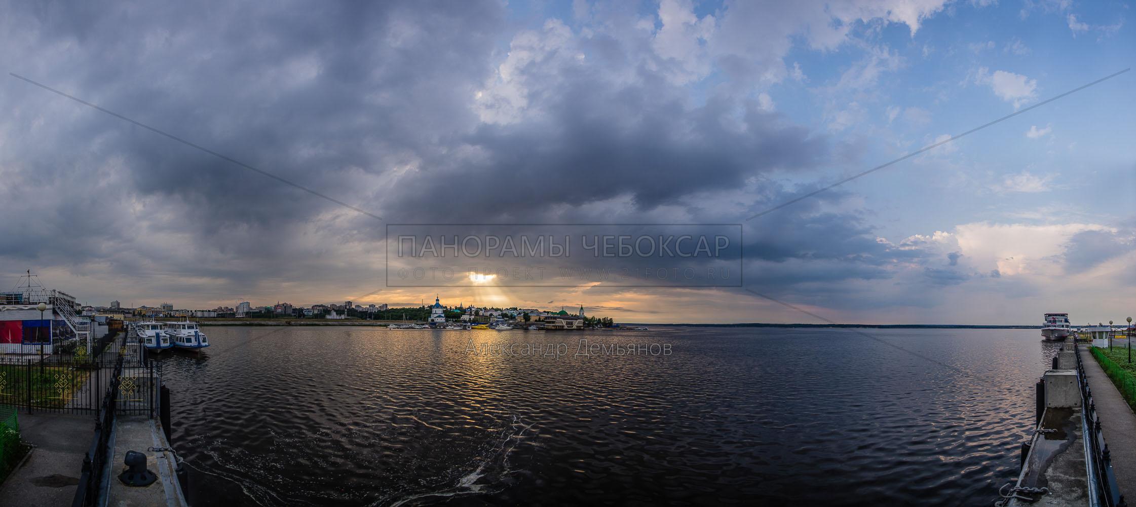Чебоксарская бухта в облачном закате летом 2018