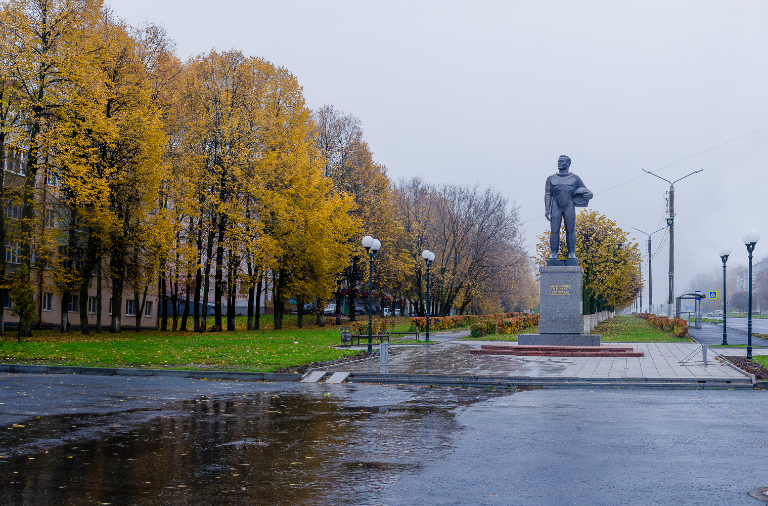 Памятник Космонавту Андрияну Николаеву осенью 2019